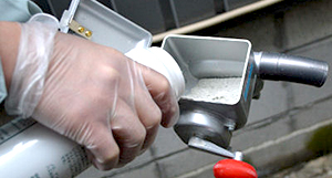 手動散粉機 使用方法1 [散粉器、散布器、粉剤(粉末)、農薬、殺虫剤、消臭剤、ミゼットダスター]